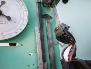 Испытание прочности обуви на разрывной машине