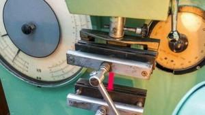 Испытание прочности ткани на разрывной машине